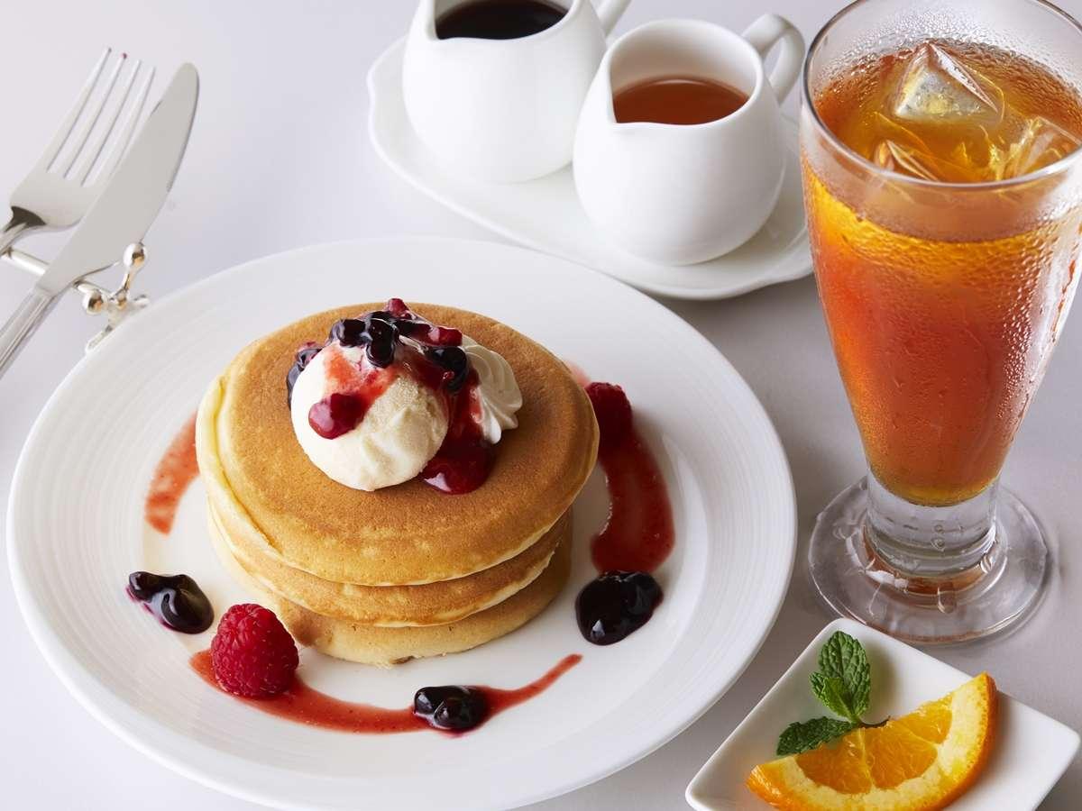 ロビーラウンジ-ホテルパティシエ特製季節のフルーツパンケーキセットです