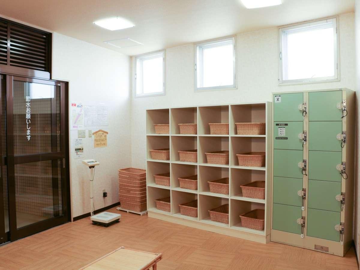 *大浴場一例/脱衣所には鍵付きロッカーあり。利用時間:5時半~8時半、11時~24時