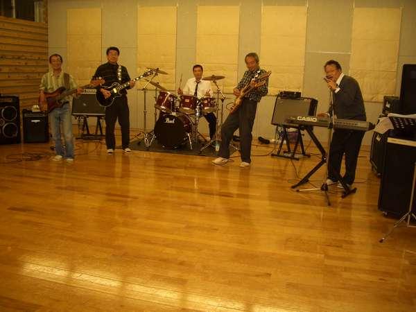 深夜のちょいわるオヤジ達・・・?音楽室は13時~翌日12時迄利用できます。