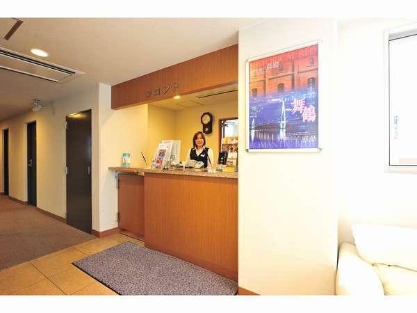 2階フロントにて、スタッフ一同、お客様が快適にお過ごし頂けるよう、丁寧に対応致します。