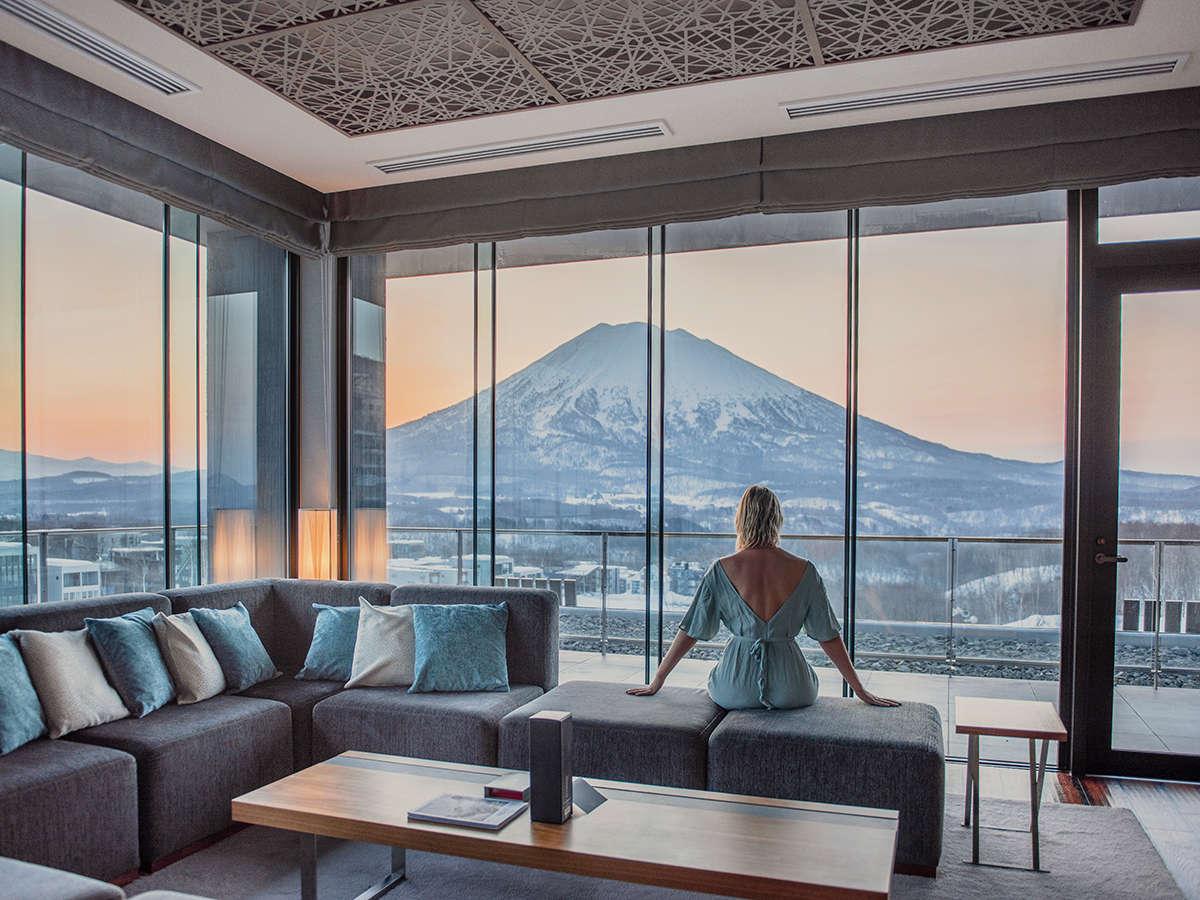 【ペントハウスA】大きな窓一面に広がる羊蹄山。お部屋の至る所から絶景をご覧になれます。