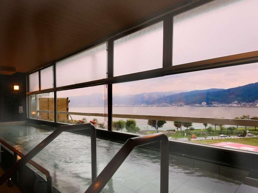 大浴場より諏訪湖を眺む(月華の湯)