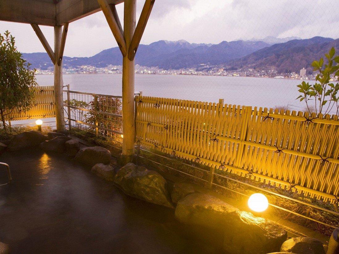 諏訪湖を望む露天風呂。信州の四季を眺めながら湯に浸かる。