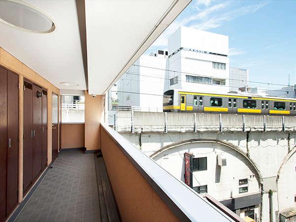 5階の廊下からは目の前を通過する総武線の電車をご覧いただけます。