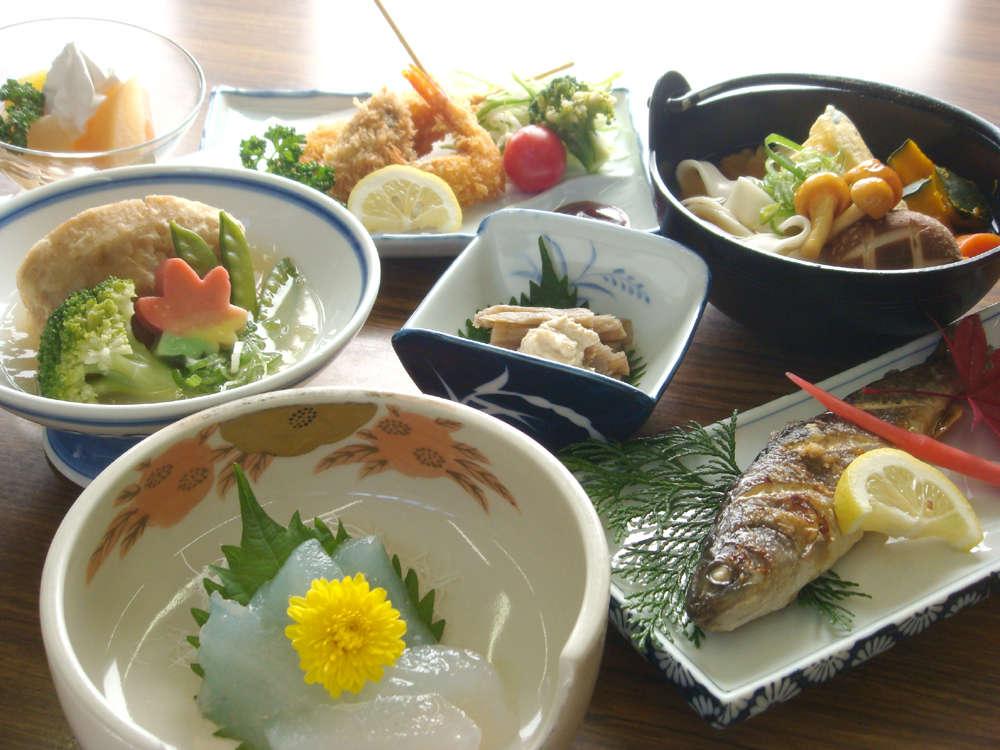 季節ごとの地元の食材を使ったご夕食をお召し上がりください。