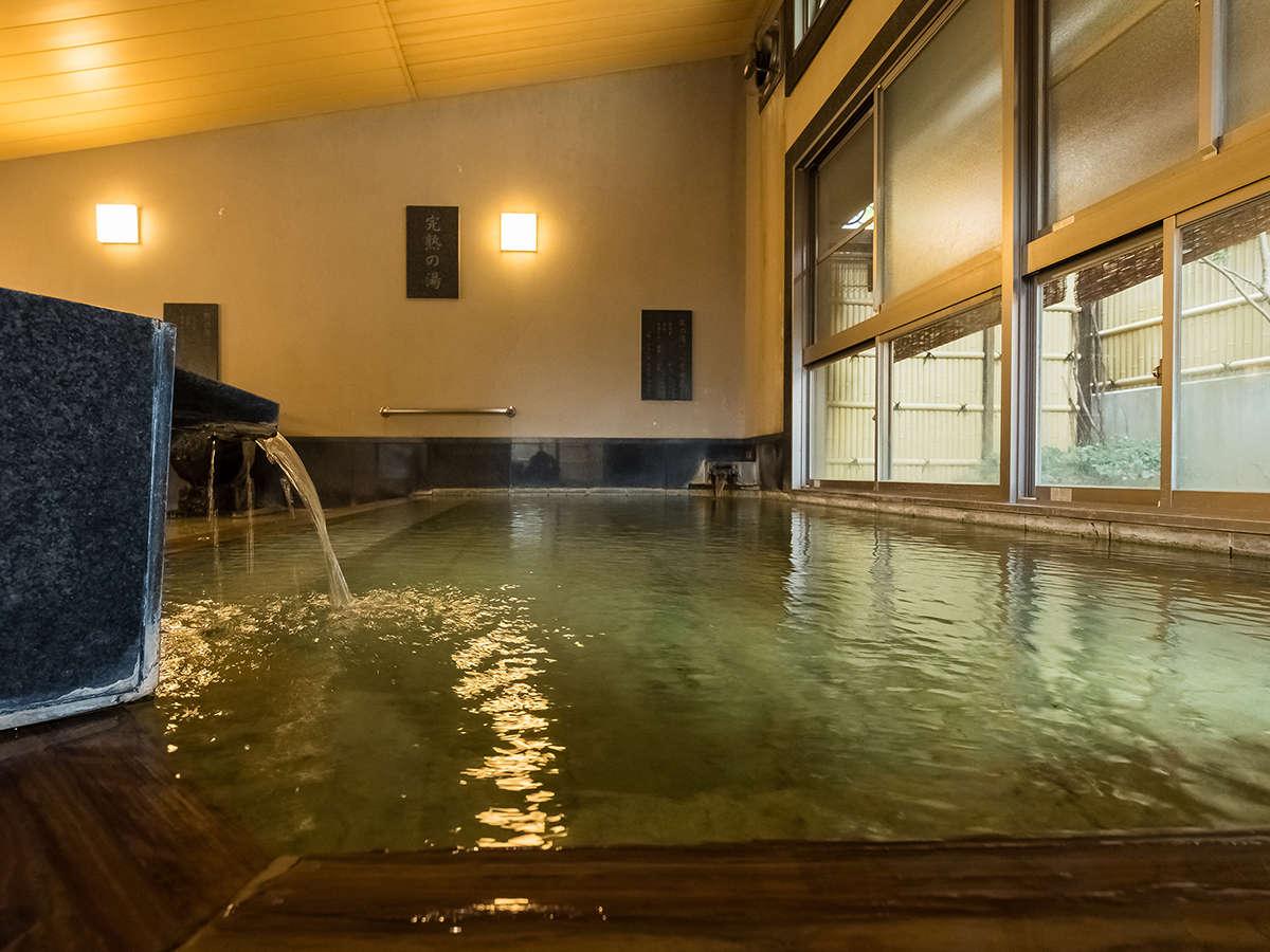 【桃の湯・内湯】浴槽からドバドバと溢れ出る源泉は圧巻!目で肌で源泉かけ流しの醍醐味を堪能出来ます。