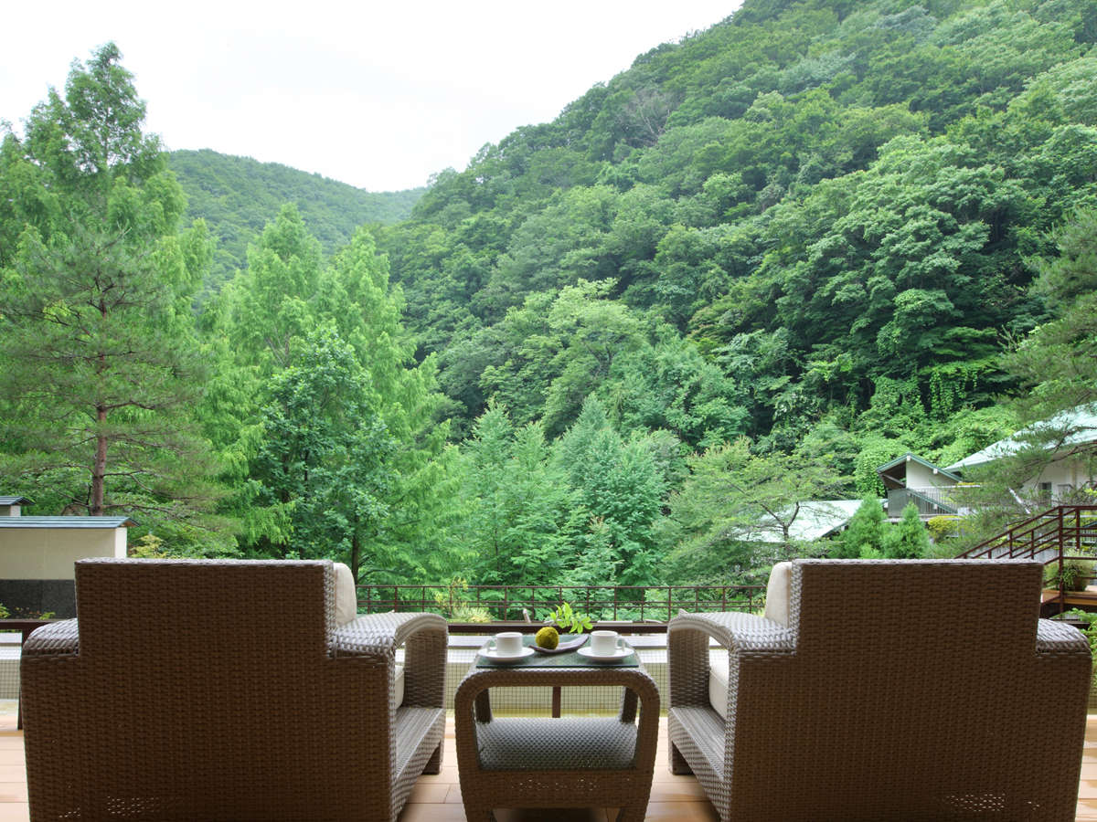 山と呼吸をあわせる宿。里山をのぞむサロンは四季折々の景色を愉しむ特等席