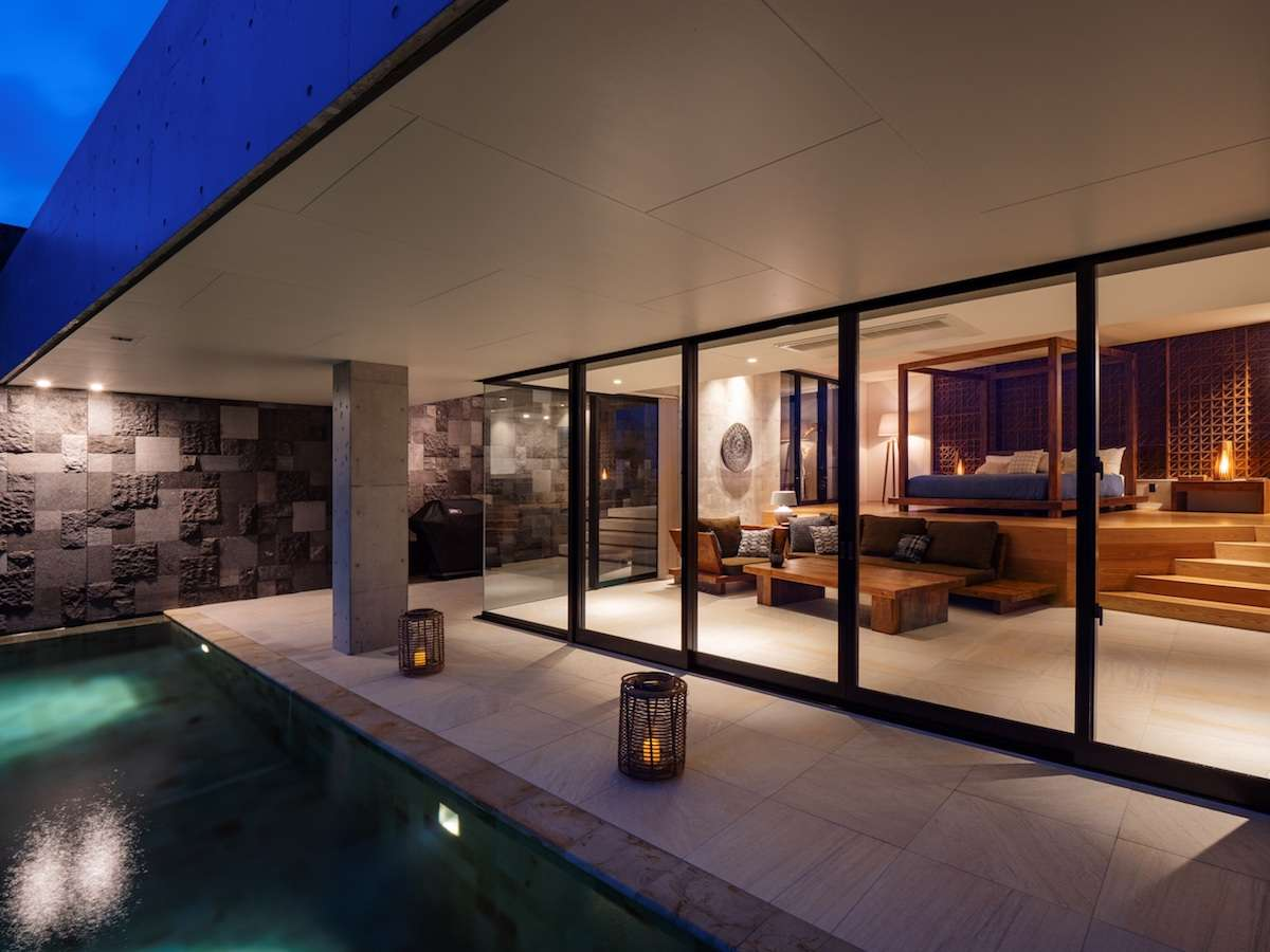 夜のプールと部屋