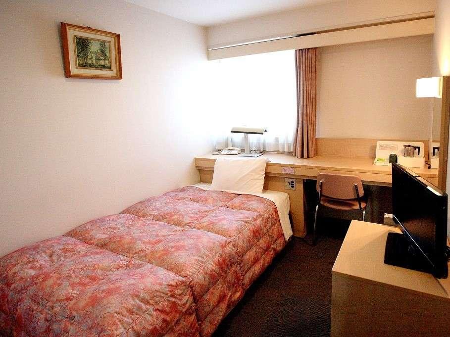 【シングルルーム】スペースを有効活用しており、清潔感のある明るい室内には大きめの鏡とデスクを完備。