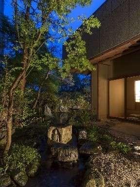 離れのお部屋へと続く日本庭園の風景(夜景)