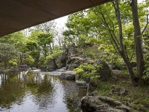 ロビーから眺める日本庭園。水の流れを感じながら散歩を楽しめます。