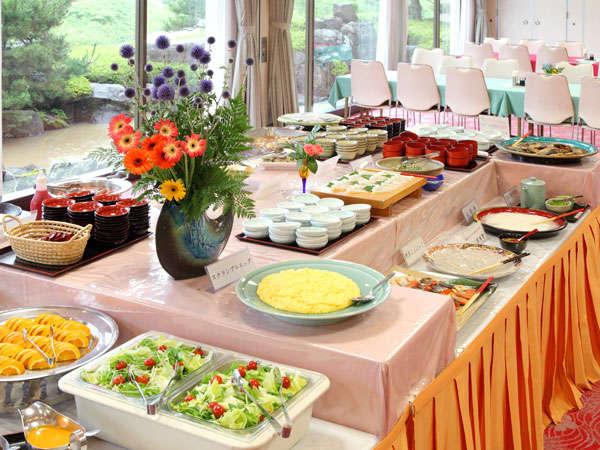 朝食はバイキング。たくさんの旬なメニューと、秋田の郷土ならではの食材を心を込めてご用意。