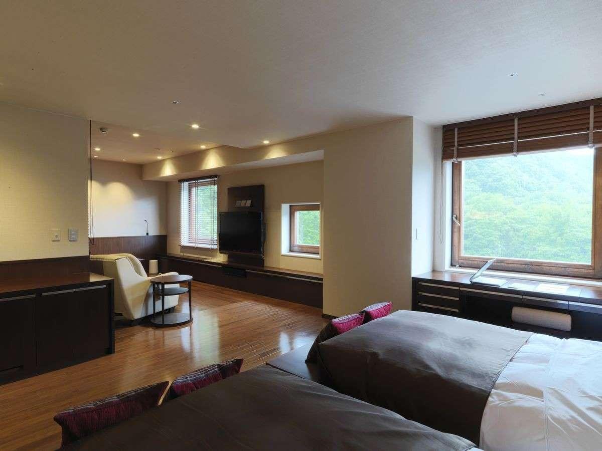 【岩盤浴付DXツイン】お部屋はゆったり広々の63㎡。窓の外は定山渓の大自然が広がります(客室一例)