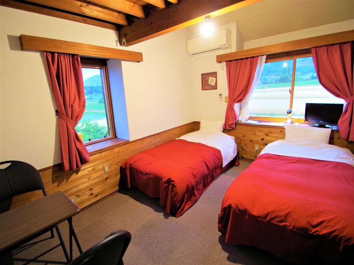 すべての部屋から山が見渡せます。広さ六畳、Wi-Fi完備、テーブル、冷暖房、テレビ有り。