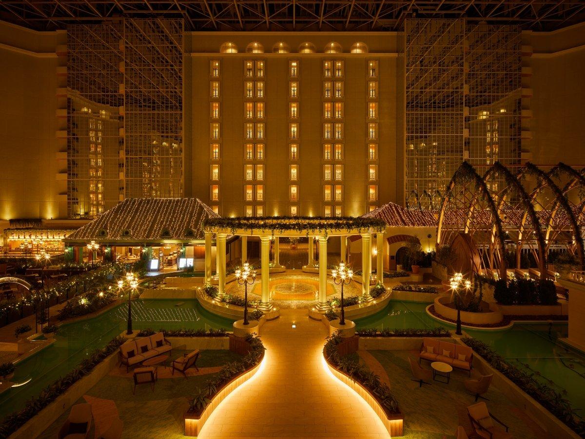 ◇夜のホテル3階アトリウムロビー。9階層吹き抜けの大空間に浮かぶホテルのシンボルGazebo(ガゼボ)。