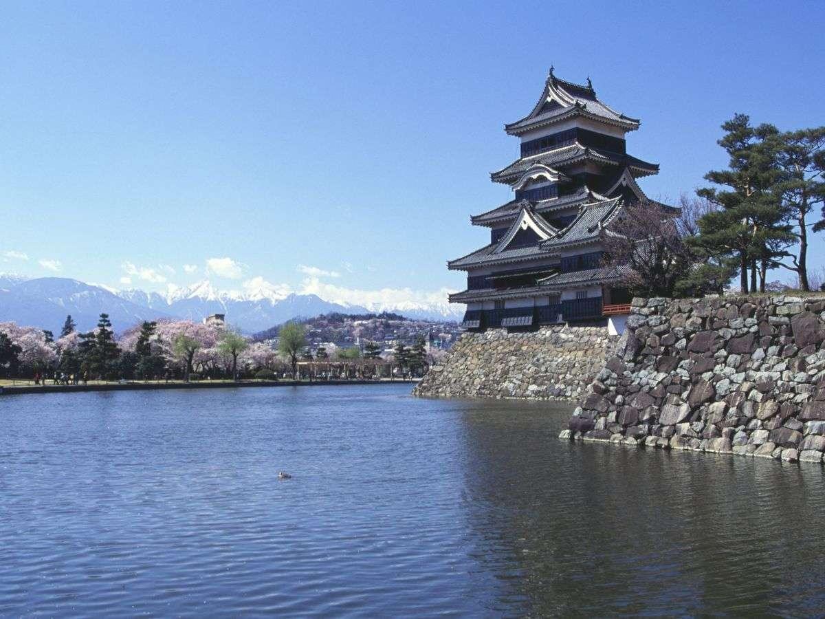 ■松本城(春)(写真提供:長野県観光機構)
