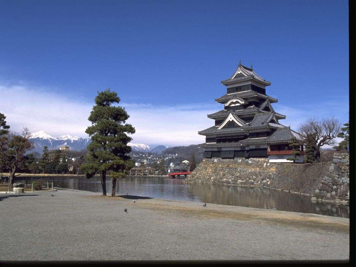 ■松本城と北アルプス(写真提供:長野県観光機構)