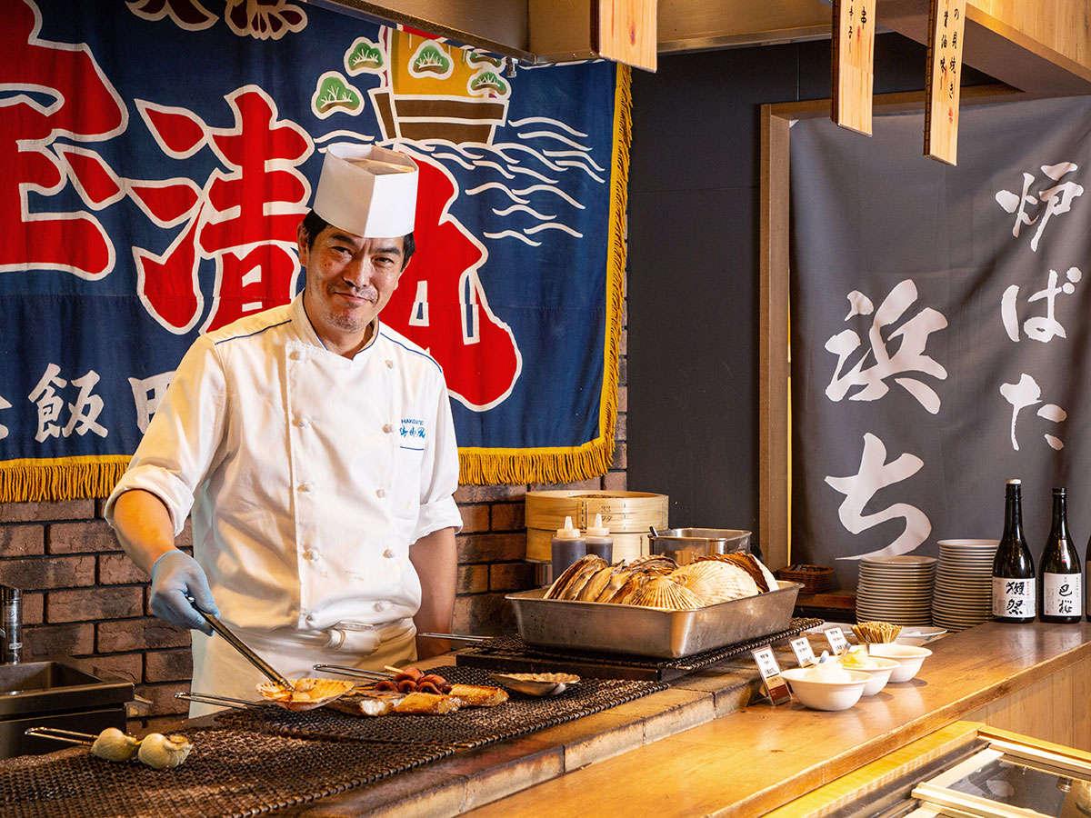 【青函市場一例】炉端焼きコーナー。ご注文頂いてから新鮮な魚介を焼き上げて、お席にお持ち致します。