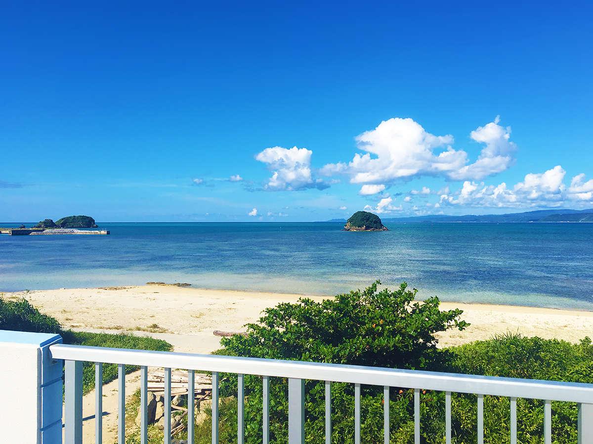「海人の宿」の屋上テラスからのオーシャンビュー。屋我地島の美しい海と砂浜が目の前の好立地!