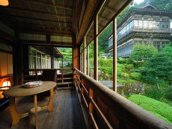 「青根御殿」を望む会食室。文人も泊まったという旧湯治部の客室を利用。