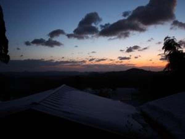 一部客室からの夜明け。政宗公も感動せずにはいられまい。東北は美しいのう。