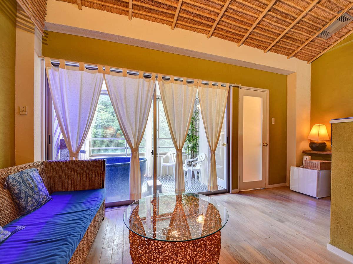 *〔瑠璃〕広々と明るいお部屋はソファーもブルー。爽やかな色のお部屋でおくつろぎください