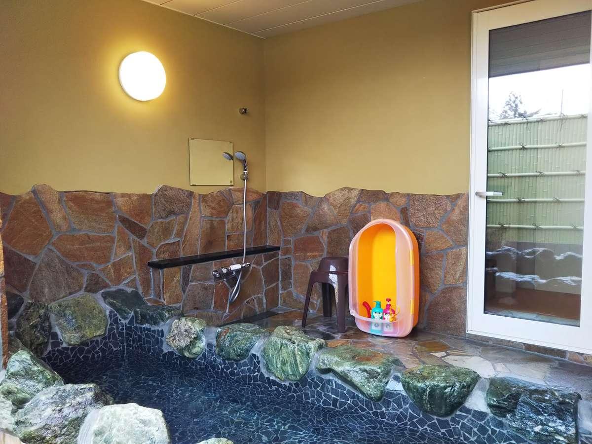 開放感抜群の広々露天風呂は大人4人でもゆったり