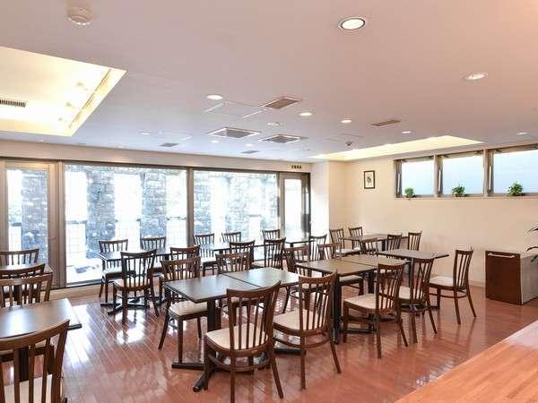 朝食会場は、フローリングの明るいラウンジで。
