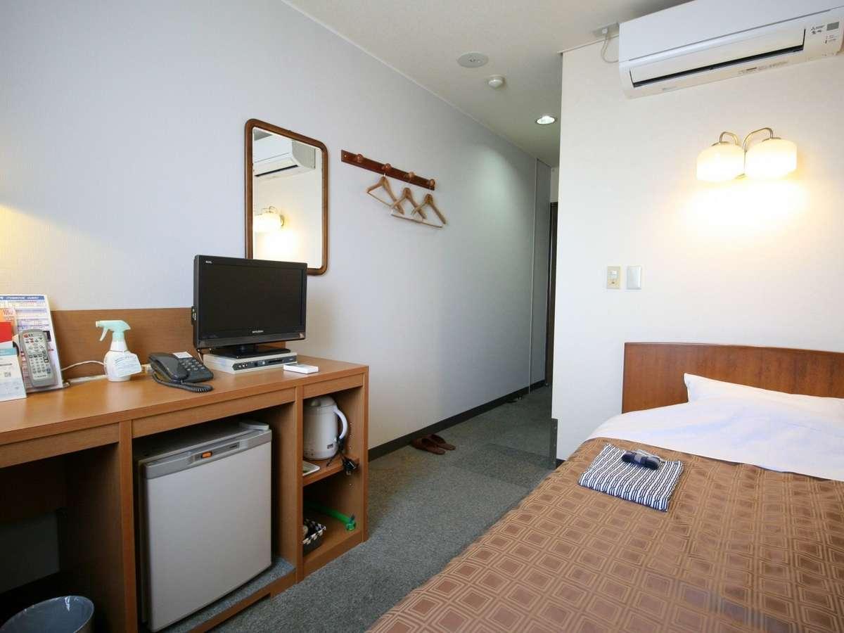 11.5平米のシングルルームは110cm幅ワイドシングルベッド、有線LAN、冷蔵庫が備え付けです。