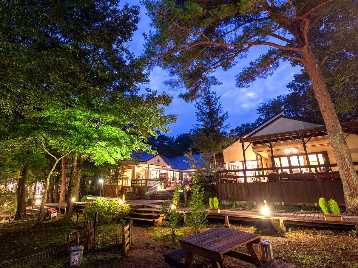 コテージからレストランやショップを繋ぐウッドデッキ。優しい木漏れ日と、爽やかな風が包む空間です。