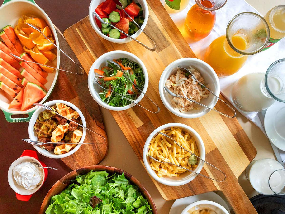 【レストラン マヨール◆ご朝食】種類豊富に並ぶ料理に、思わず迷ってしまうほど。♪