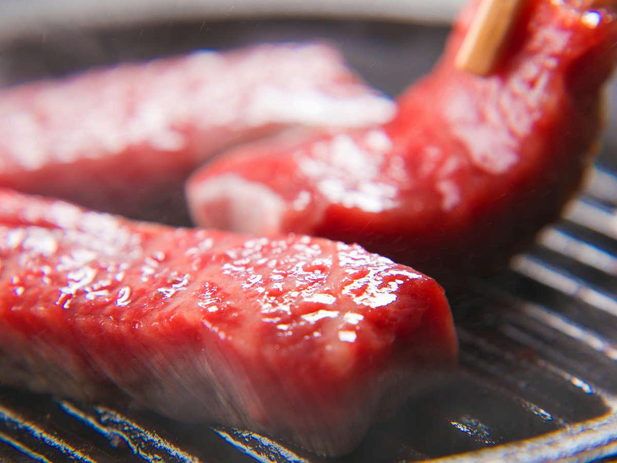 旨味たっぷりの『飛騨牛』を鉄板でジュー♪香ばしい香りが漂って食欲をそそります♪