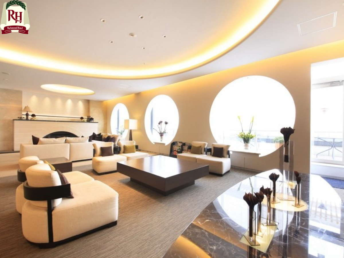 ロビーの天井は三内丸山遺跡から出土した勾玉をイメージしてデザインされています。