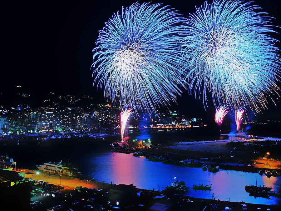 【熱海花火大会】熱海の代名詞とも言える花火大会。当館目の前の熱海港から大迫力の花火が打ち上がります。