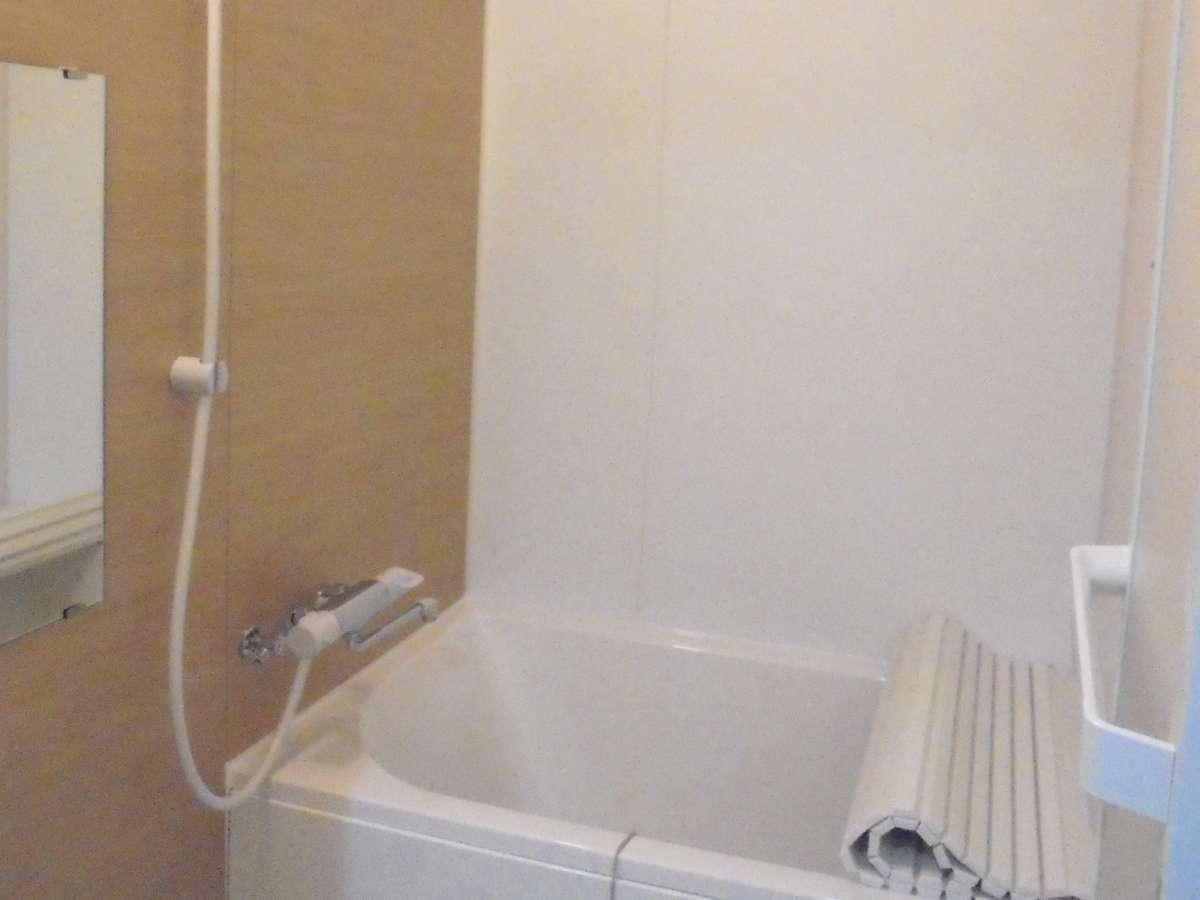 お風呂 共用部に2ユニットあるお風呂をシェアしてご利用下さい。