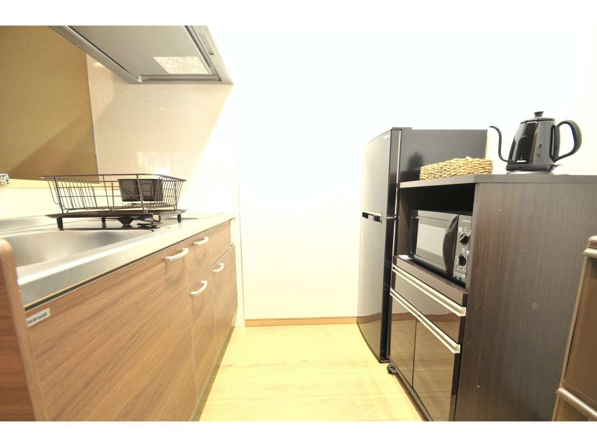 システムキッチンの他に電子レンジ・冷蔵庫・電気ケトルを完備