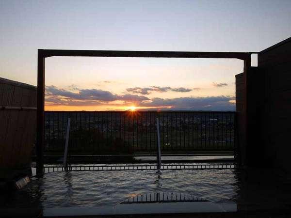 ■ホテル屋上「展望露天風呂」■沈む夕日を眺めながらの入浴は、とってもロマンチック☆