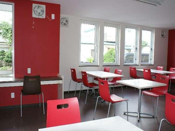 【レストラン】日の光が差し込むようにと窓は大きめ。ご飯、味噌汁、コーヒー等おかわり自由!