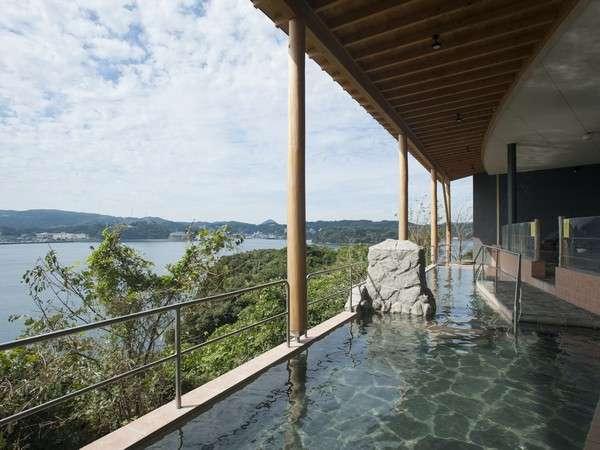 開放的な露天風呂。対岸に沈む夕日が宿泊者に好評!