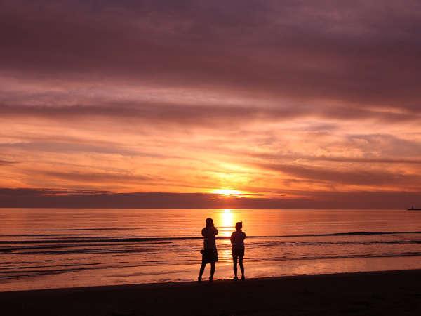 宿泊施設より徒歩で約3分 水平線に沈む美しい夕日を眺めながらゆっくりとお散歩