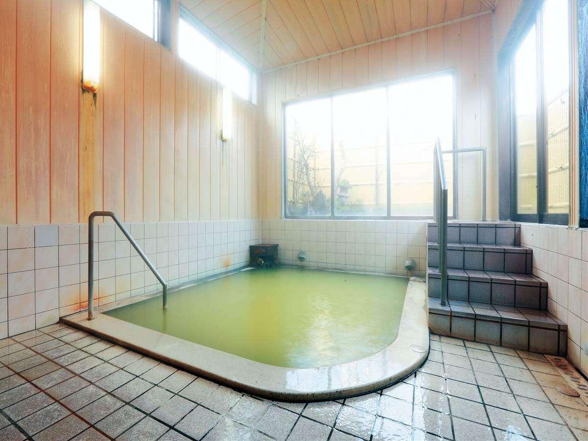 越後の湯。美白の湯として有名な泉質。ミニ露天風呂も併設。脱衣所から浴室まで数段の階段あり