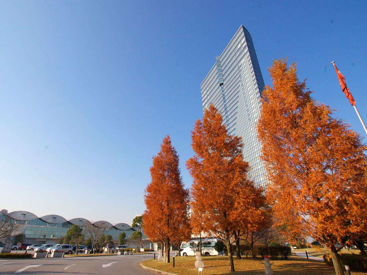 琵琶湖畔の秋の紅葉の映える38階建てのホテル