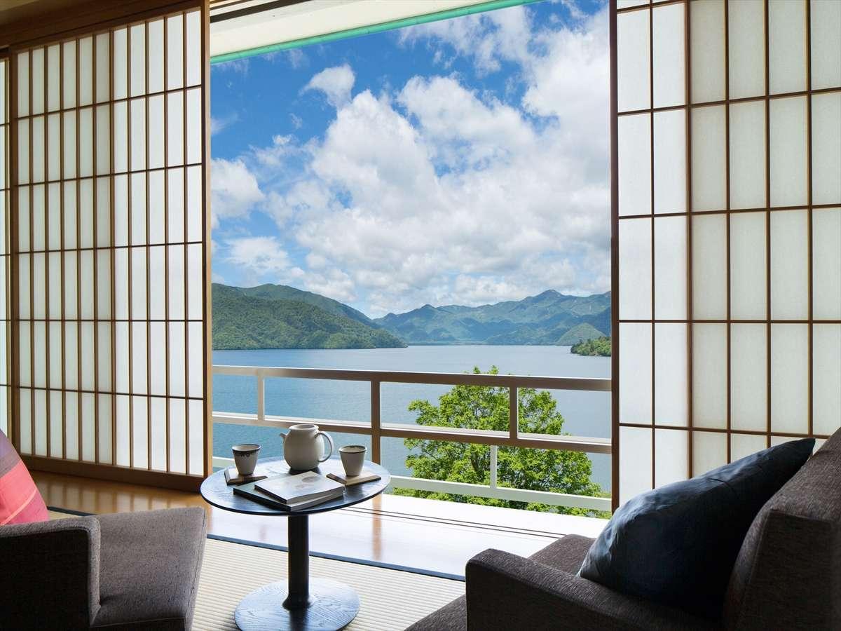 【中禅寺湖側客室】中禅寺湖と日光連山の絶景を眺めながらゆったりとお寛ぎいただけます。