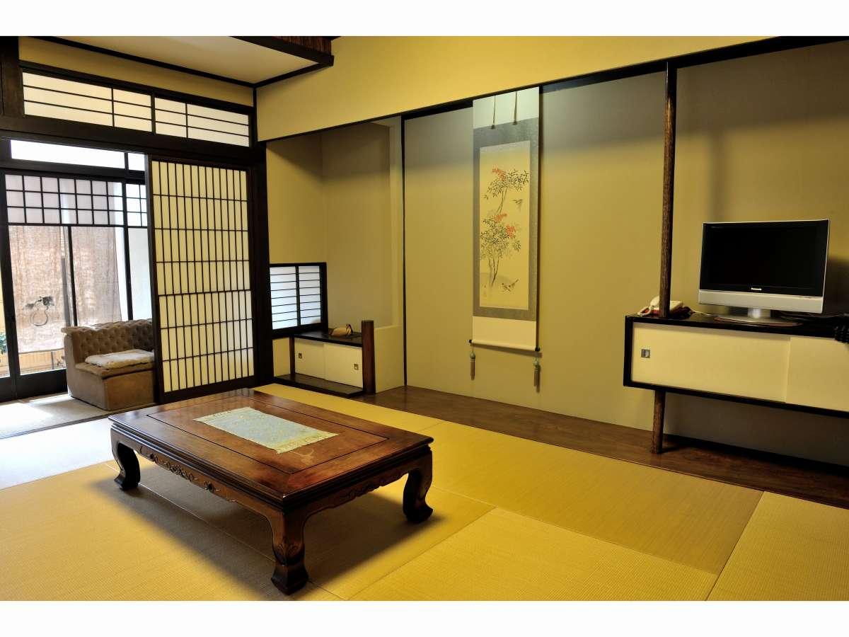 御所:ゆったりした和室。雪見障子からのお庭と坪庭が楽しめます。