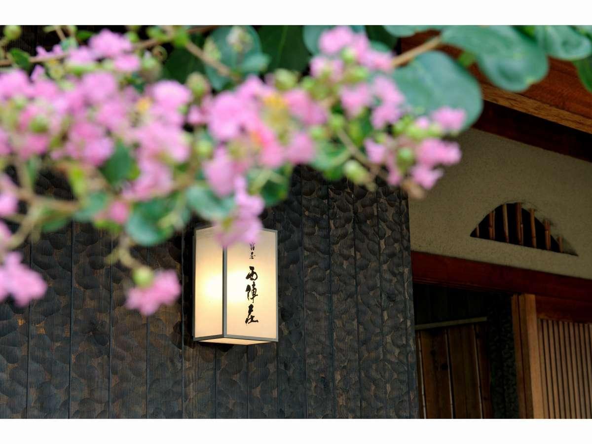 門灯と百日紅の花