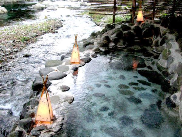 狩野川に手が届きそうな露天風呂