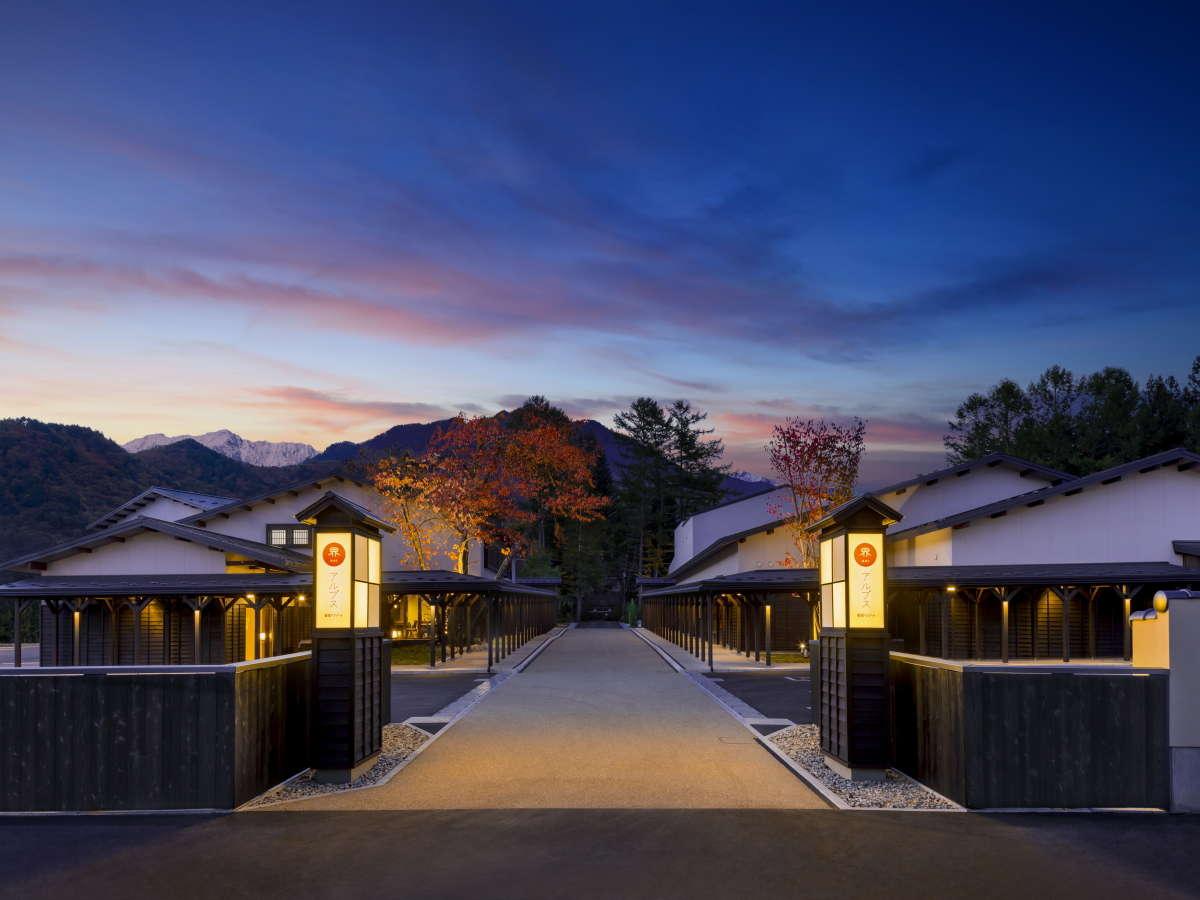 山々を背景に、雪国アーケード「雁木」に沿って客室棟や温泉棟が立ち並びます