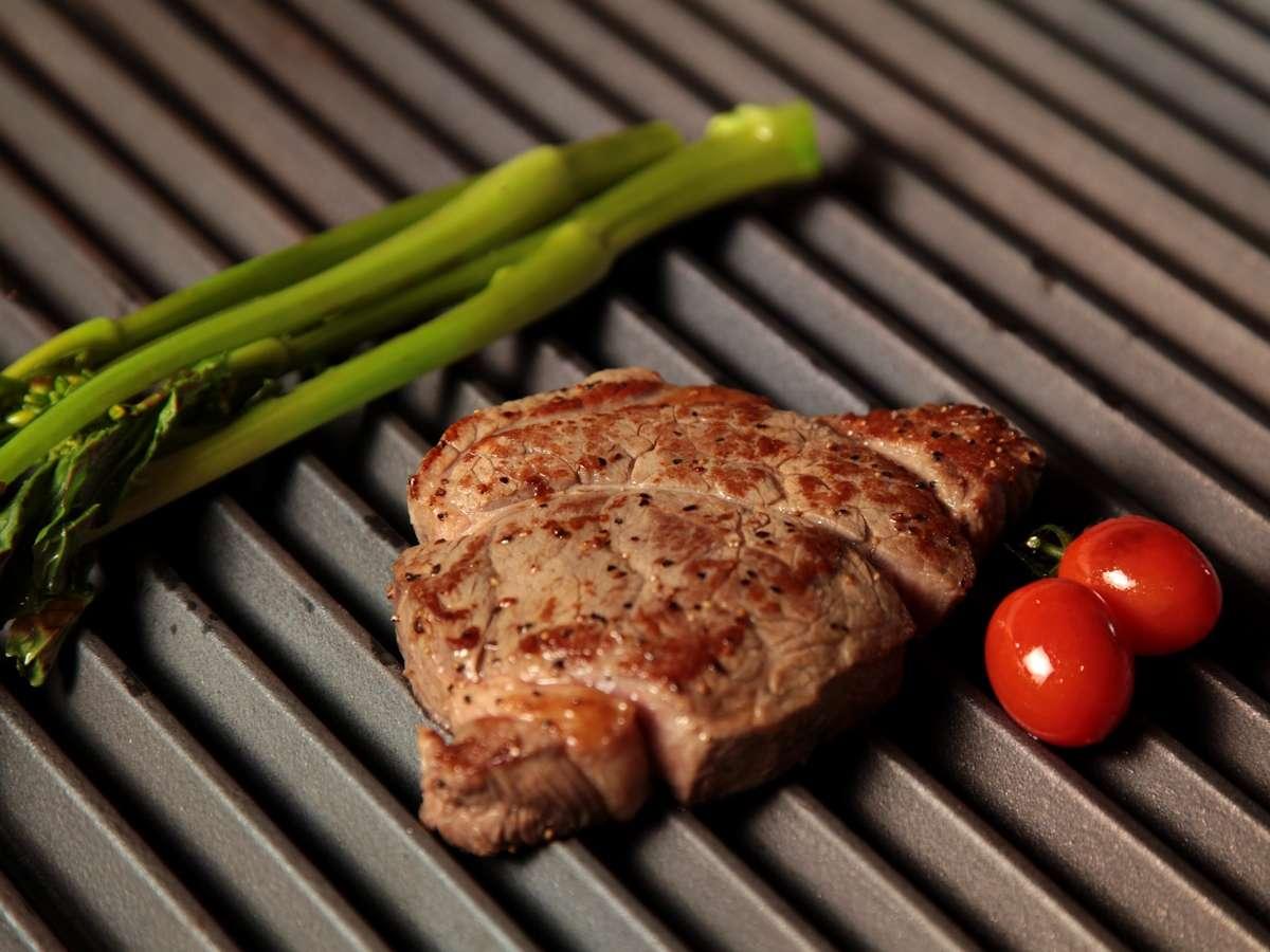 【熱々のグリル料理】素材本来の味を活かした、あつあつのグリル料理を愉しめます。黒毛和牛ステーキが◎