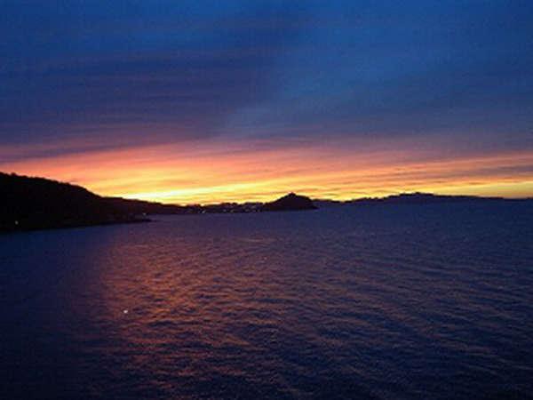*夕日で紫色に染まる海が眺められます。
