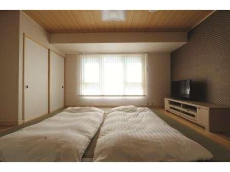 [和室]8畳の和室で5名迄宿泊可能なお部屋です。テレビ・トイレ・LAN完備